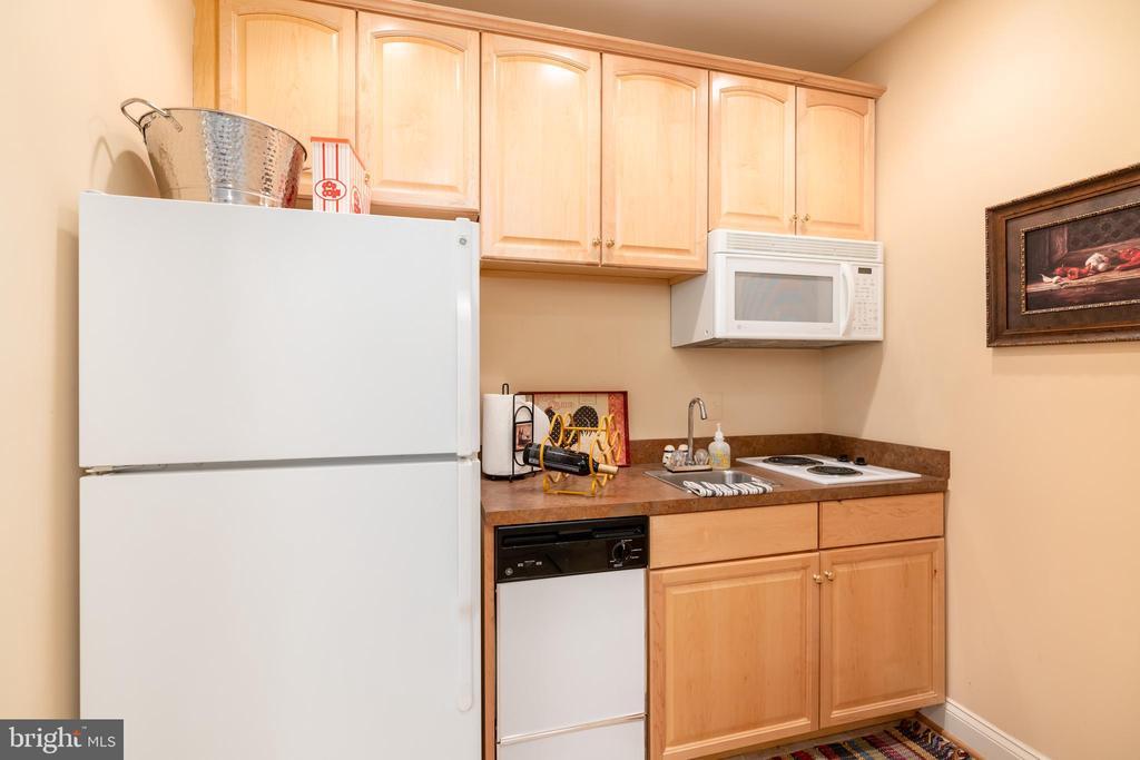 Kitchenette off of the bar area (or guest kitchen) - 3242 FOXVALE DR, OAKTON