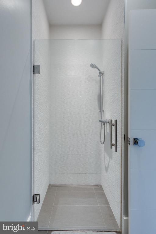1st floor bathroom access from studio (full shower - 1313 N HERNDON ST, ARLINGTON