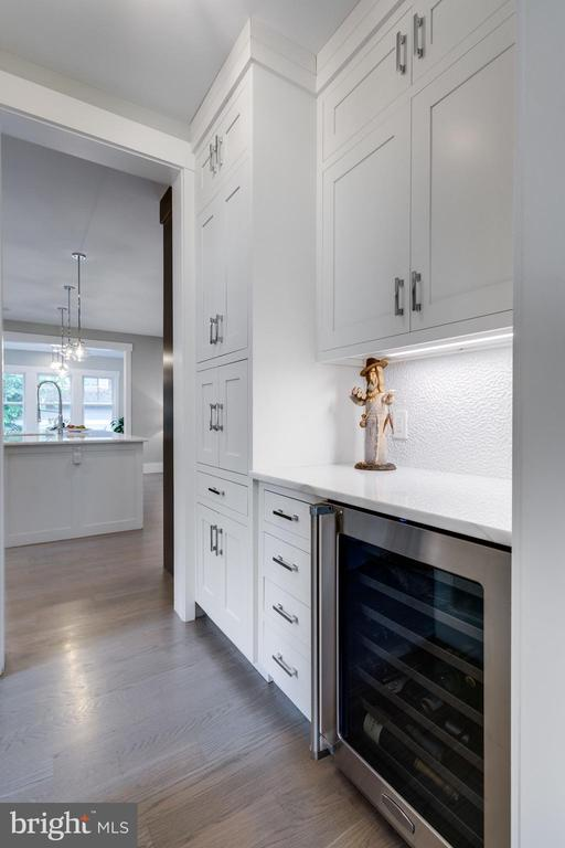 Built-in cabinets for glassware and kitchen appli - 1313 N HERNDON ST, ARLINGTON