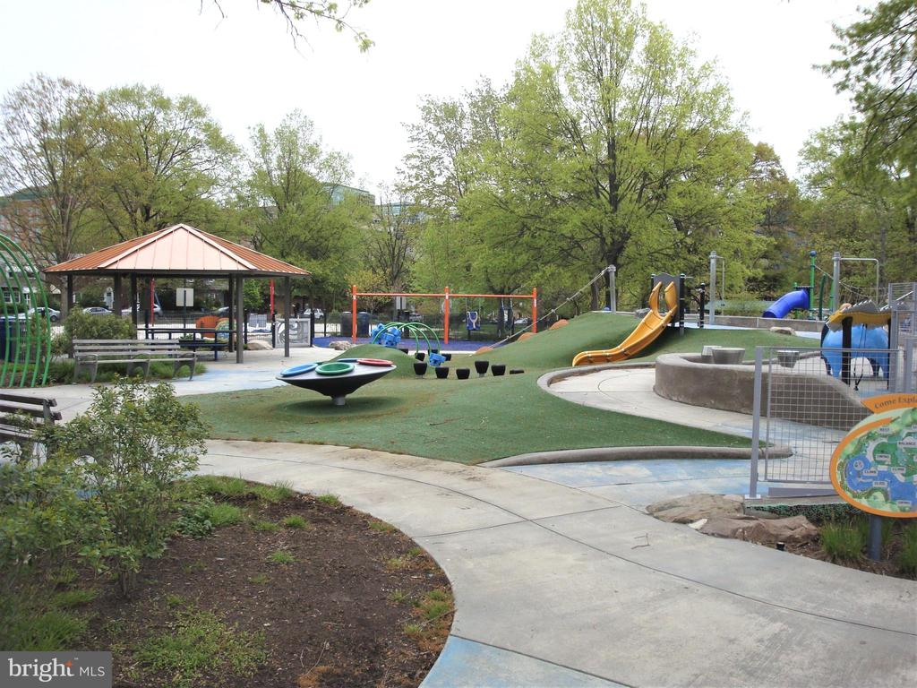 Children's Play Ground so convenient - 3801 WASHINGTON BLVD, ARLINGTON