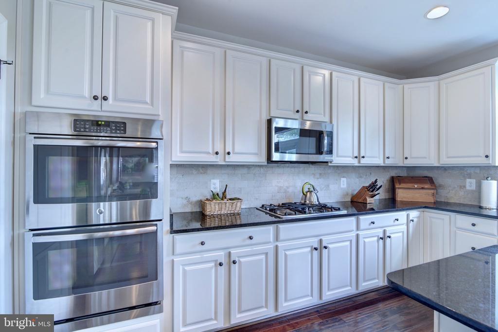 Double Ovens & Abundance of Cabinet Space - 42602 STRATFORD LANDING DR, BRAMBLETON