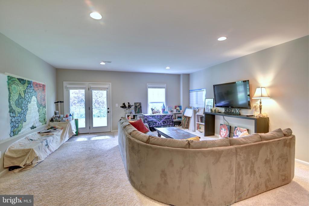 Excellent Au Pair Living Area - 42602 STRATFORD LANDING DR, BRAMBLETON