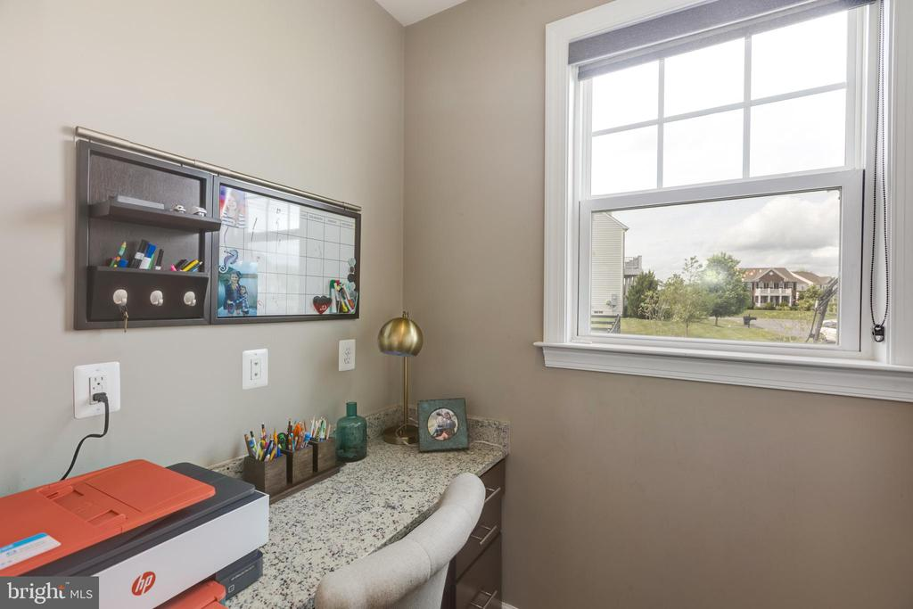 built in desk off of kitchen - 15645 CRISTABEL LN, LEESBURG