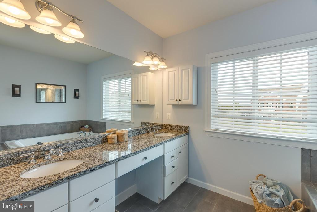 Granite counter top and double vanity - 15645 CRISTABEL LN, LEESBURG