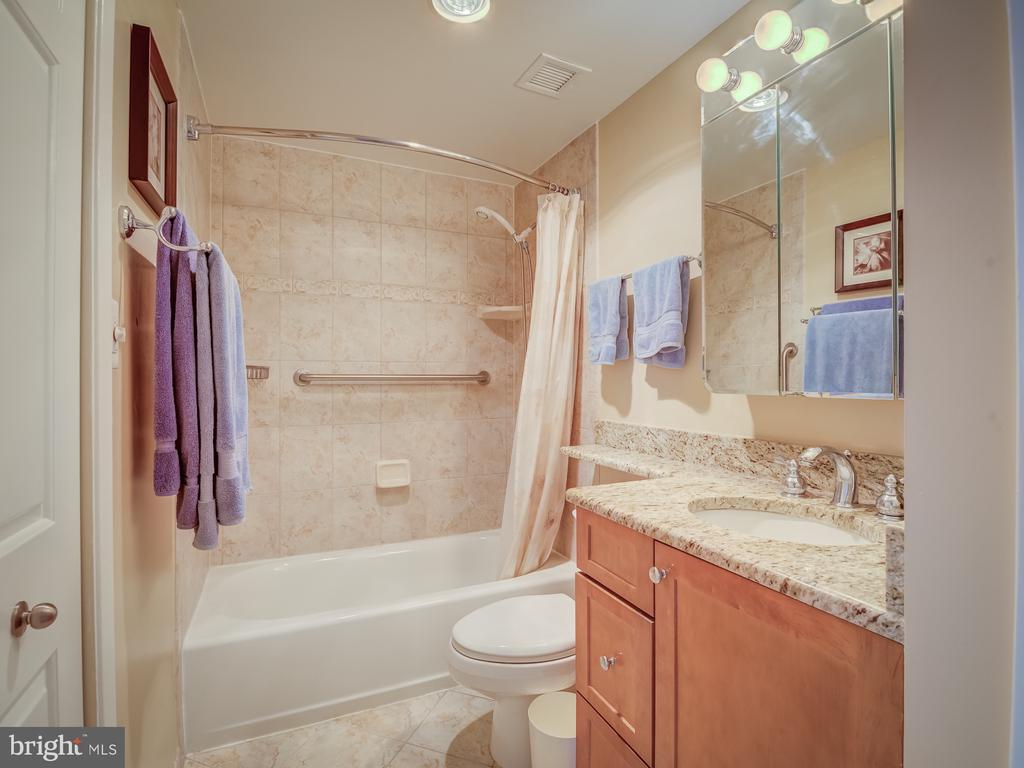 Master bathroom - 4801 FAIRMONT AVE #902, BETHESDA
