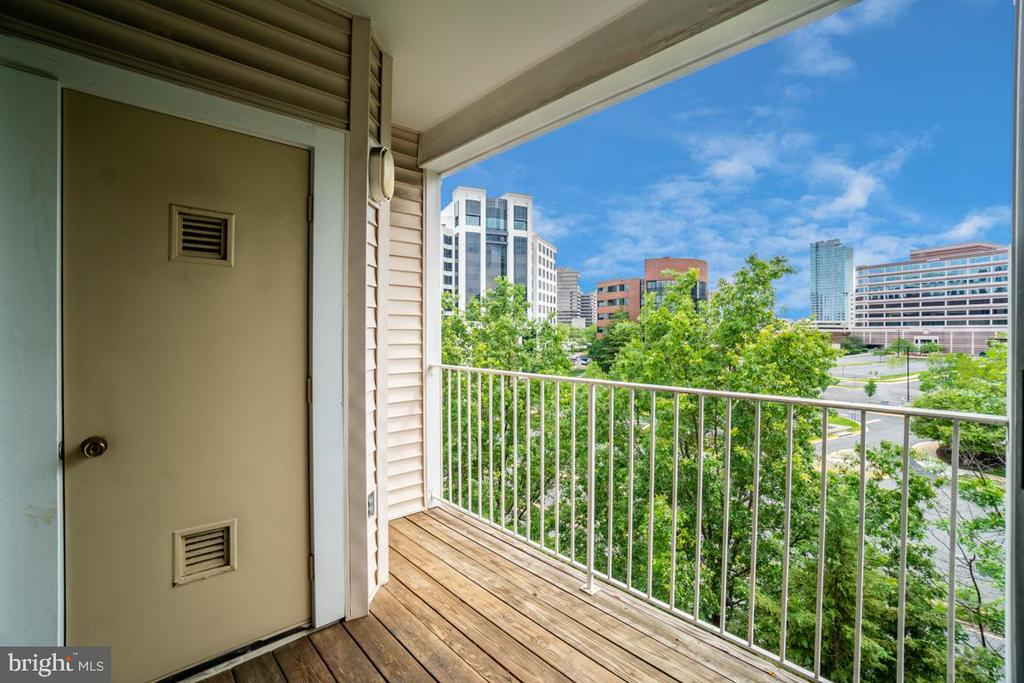 Balcony with city views - 1645 INTERNATIONAL DR #407, MCLEAN