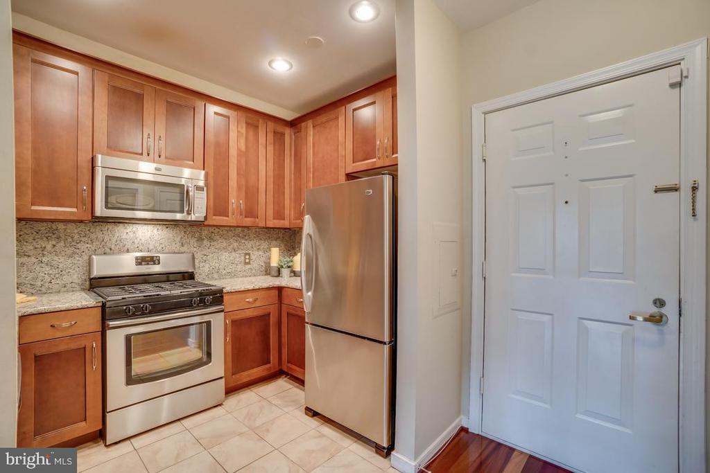 Updated kitchen w/42 inch cabinets - 1645 INTERNATIONAL DR #407, MCLEAN