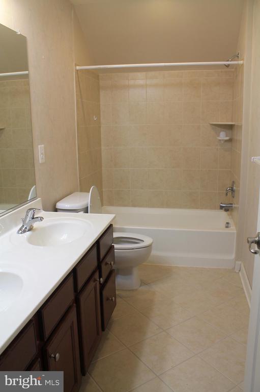 2nd upper level shared bathroom - 605 RAVEN AVE, GAITHERSBURG