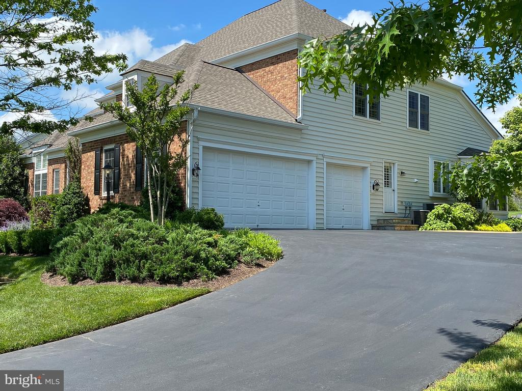 Three car side-load garage - 21079 MILL BRANCH DR, LEESBURG