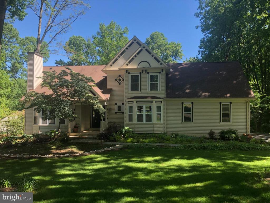 Beautiful lawn and setting - 11012 BURYWOOD LN, RESTON