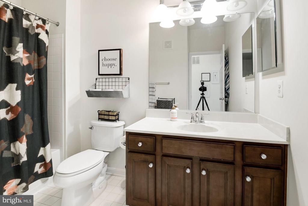 2nd bathroom upstairs with tub - 43779 KINGSTON STATION TER, ASHBURN