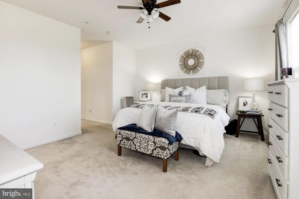 Hallway leads to master bedroom - 43779 KINGSTON STATION TER, ASHBURN