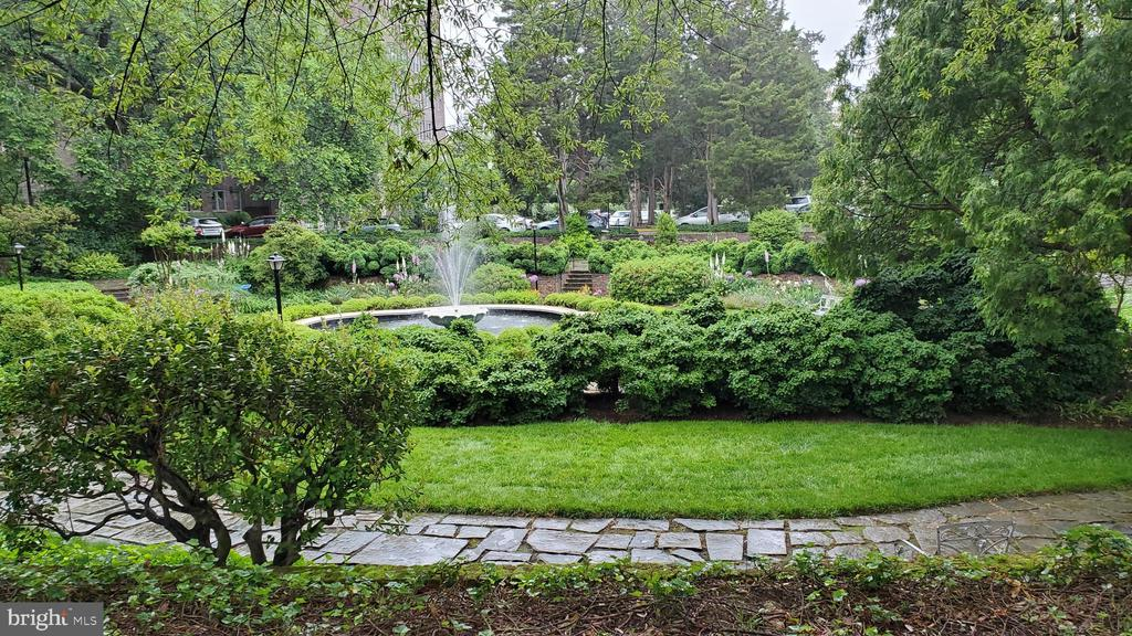 Fountain in the center of the circle - 3900 NW WATSON PL NW #A-7C, WASHINGTON