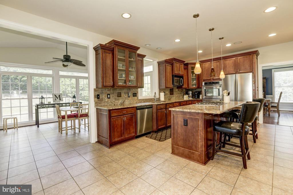 Kitchen connects to large morning room! - 4 BRANNIGAN DR, STAFFORD