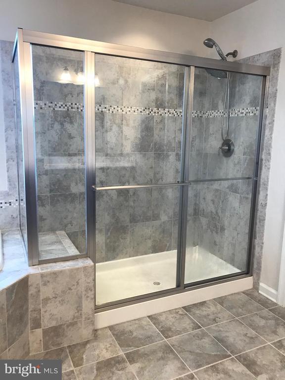 XL Shower w/seat - 112 FREESIA LN, STAFFORD