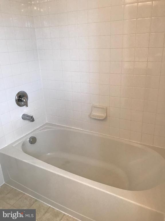 Ceramic Hop Up Shower/Tub - 112 FREESIA LN, STAFFORD