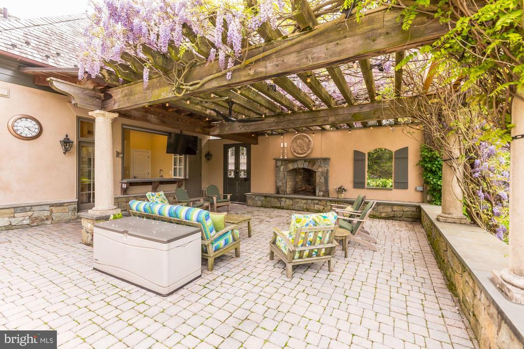 Patio with Pergola & Bar - 606 DEERFIELD POND CT, GREAT FALLS
