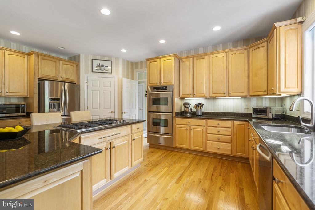 Kitchen with Granite and Stainless Steel - 40243 FEATHERBED LN, LOVETTSVILLE