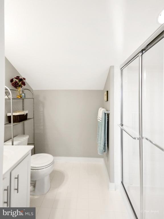 Loft also features a full bath - 3239 STONE BARN DR, FREDERICK