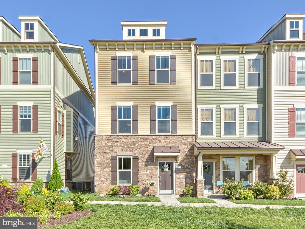 Spacious, end unit town-home facing community park - 3239 STONE BARN DR, FREDERICK