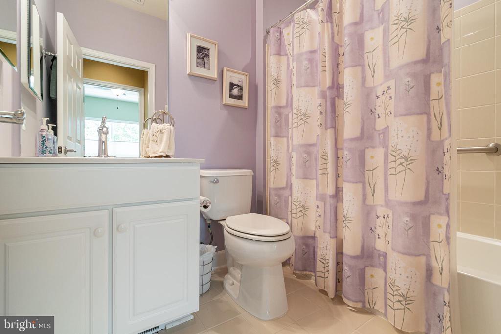 Hall Bath Main Level - 8 BATTERY POINT DR, FREDERICKSBURG