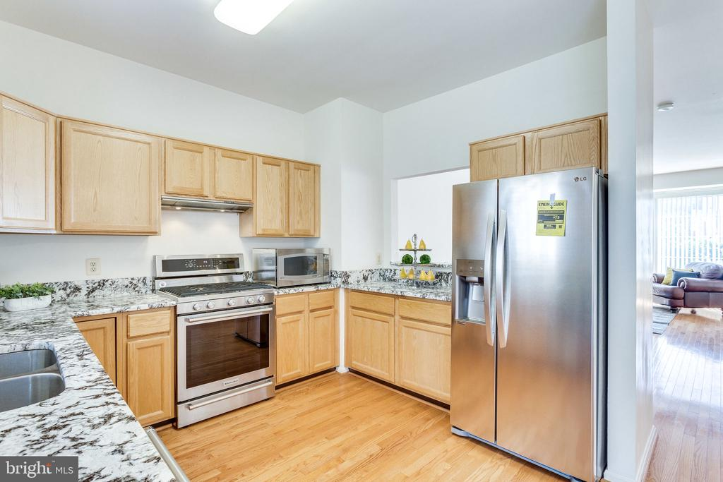 Tons of counter space - 6362 DAKINE CIR, SPRINGFIELD