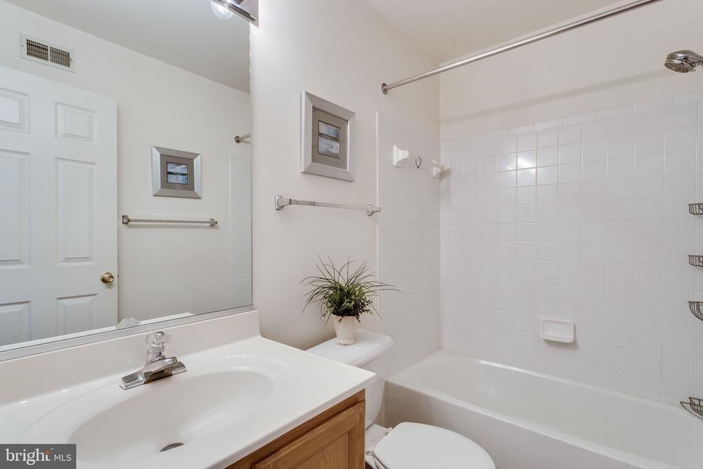 upstairs full bath - 6362 DAKINE CIR, SPRINGFIELD