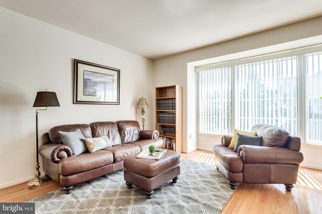 Sunny family space, great for entertaining - 6362 DAKINE CIR, SPRINGFIELD