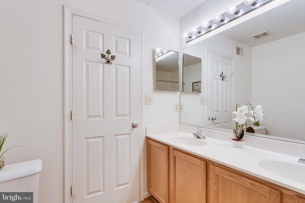 double vanities, lots of storage in master bath - 6362 DAKINE CIR, SPRINGFIELD