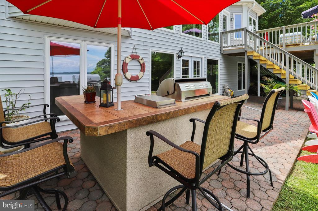 LL Patio with outdoor kitchen and bar seating - 19 POTOMAC OVERLOOK LN, STAFFORD