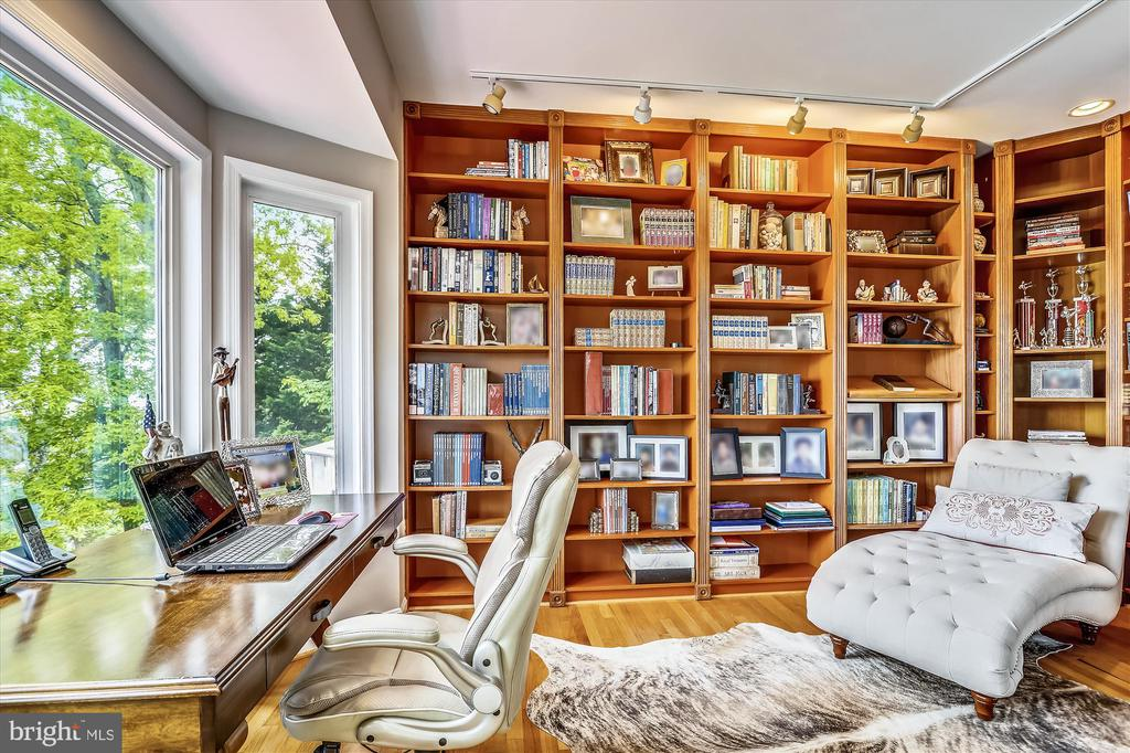 Formal office/library space w built in bookshelves - 19 POTOMAC OVERLOOK LN, STAFFORD