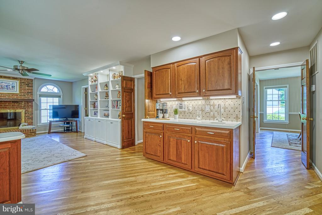 Butlers Pantry in Kitchen - 11959 GREY SQUIRREL LN, RESTON
