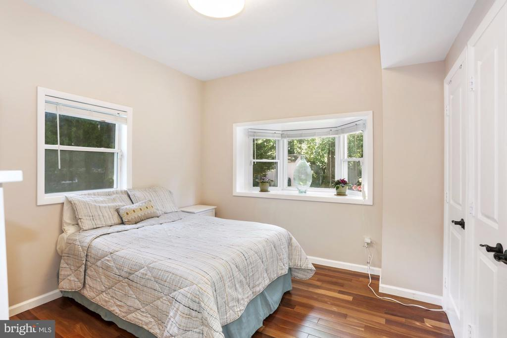 Main Level bedroom with Bay window and Bath. - 203 TAPAWINGO RD SE, VIENNA
