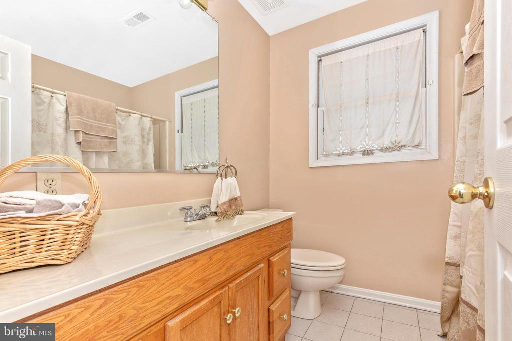 Upper Level Hall Full Bathroom - 13729 SAMHILL DR, MOUNT AIRY