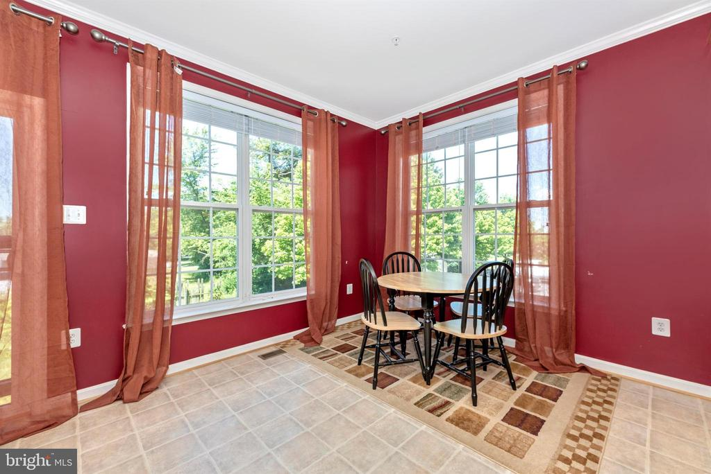 MORNING ROOM/TABLE SPACE WITH ADDITIONAL WINDOWS - 301 GREEN FERN CIR, BOONSBORO