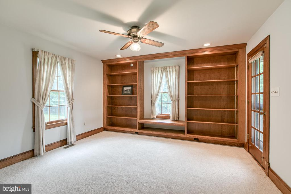 Mian level office with tons of room for books! - 7185 REBEL DR, WARRENTON