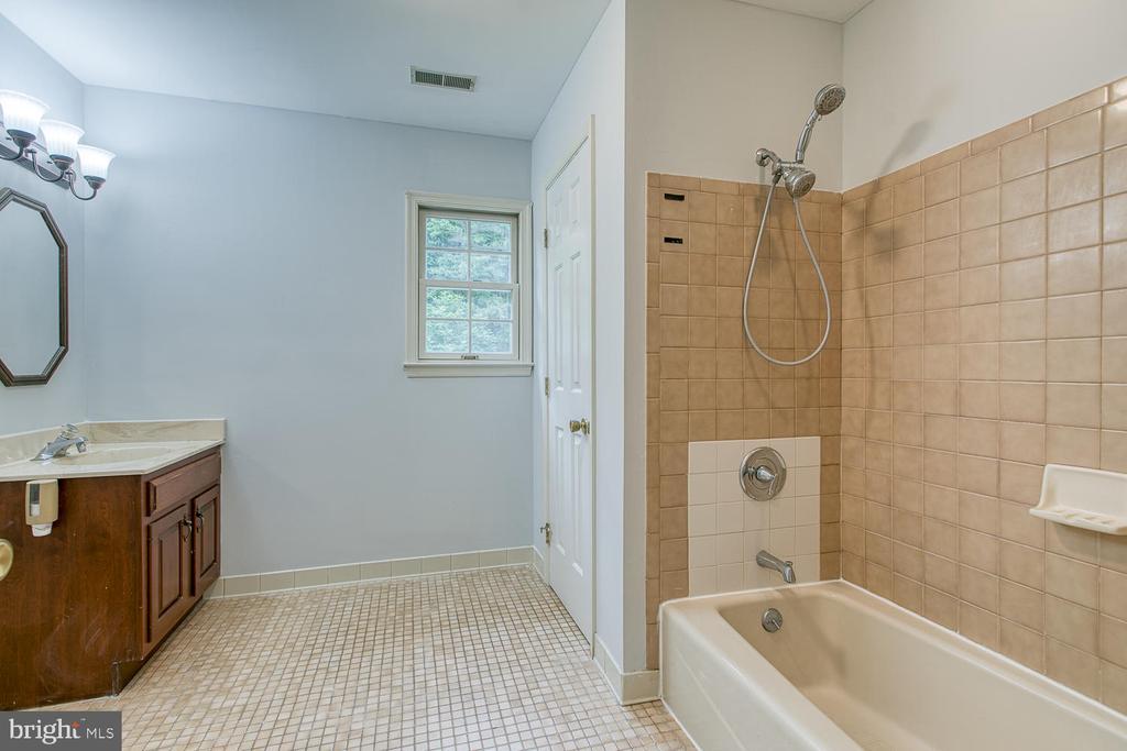 Large upstairs hall bath! - 7185 REBEL DR, WARRENTON