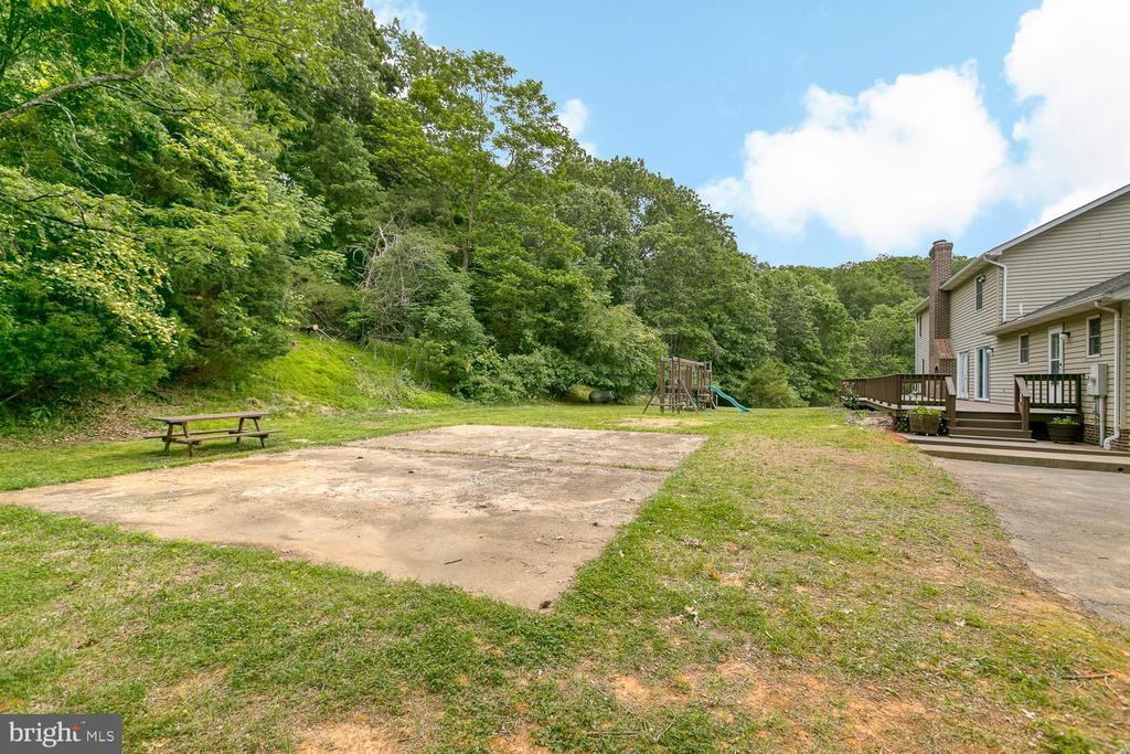 Basketball court or detached garage? - 7185 REBEL DR, WARRENTON