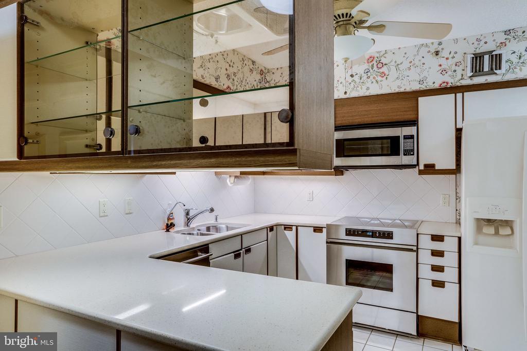 kitchen - 1300 CRYSTAL DR #1306S, ARLINGTON
