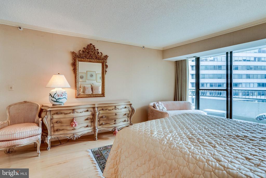 master bedroom - 1300 CRYSTAL DR #1306S, ARLINGTON