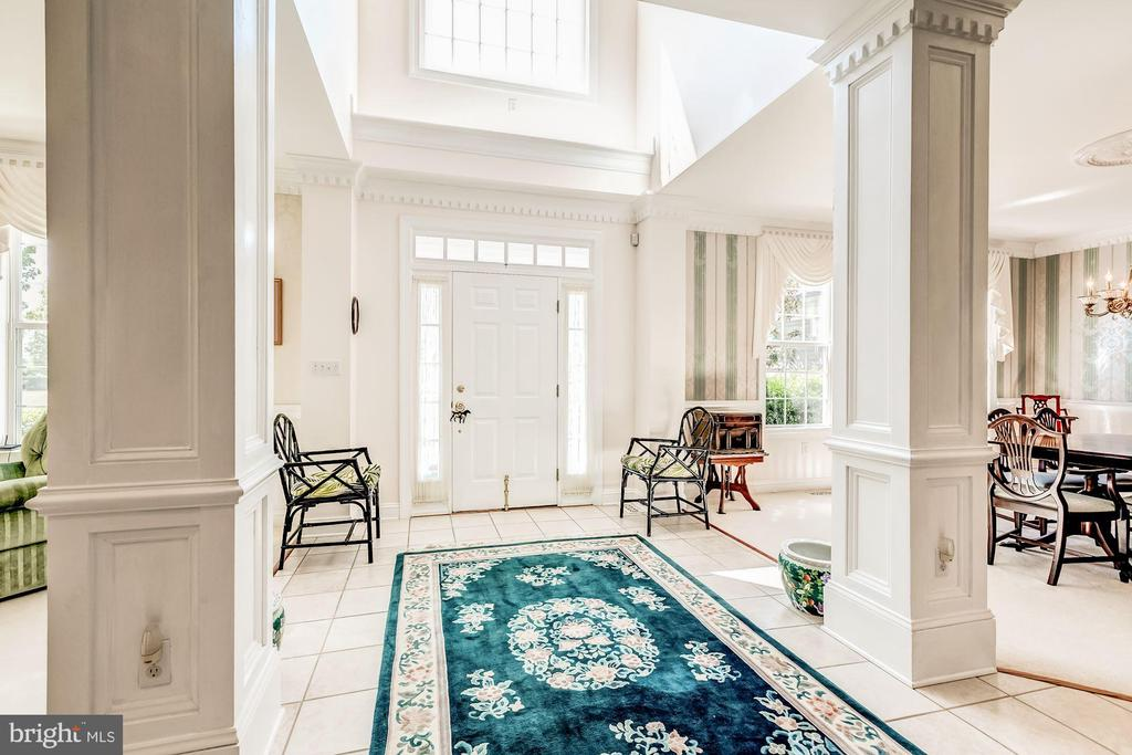 Lovely Entry Foyer - 37986 KITE LN, LOVETTSVILLE
