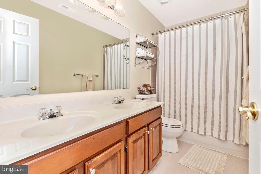 Hall bath with double sinks - 1014 MERCER PL, FREDERICK