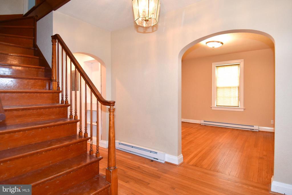 Hardwood Floors on Stairs - 106 VALLEY VIEW PL, FREDERICKSBURG