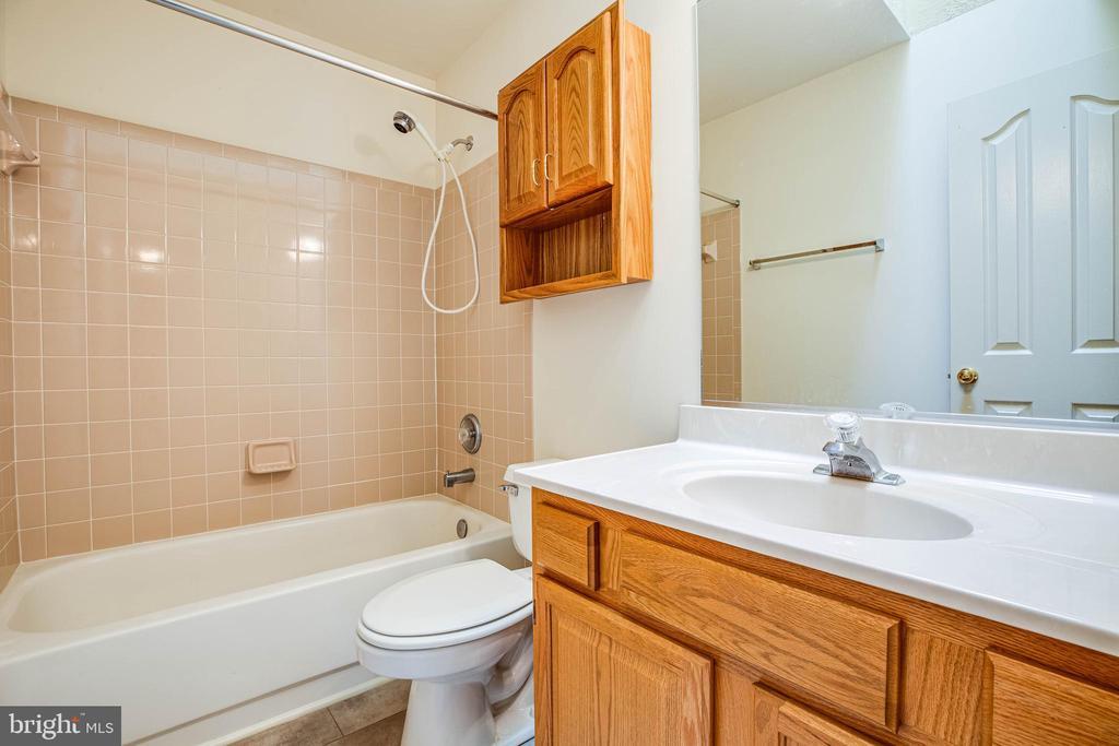 Upstairs hall bathroom - 208 OLD LANDING CT, FREDERICKSBURG