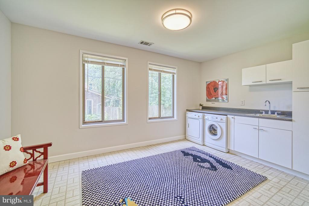 Huge laundry room has potential - 9104 CRICKLEWOOD CT, VIENNA