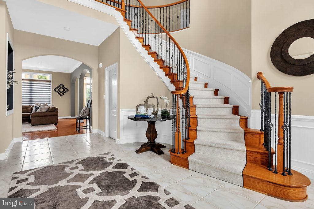 Beautiful curved stairs - 19544 ROYAL AUTUMN LN, LEESBURG