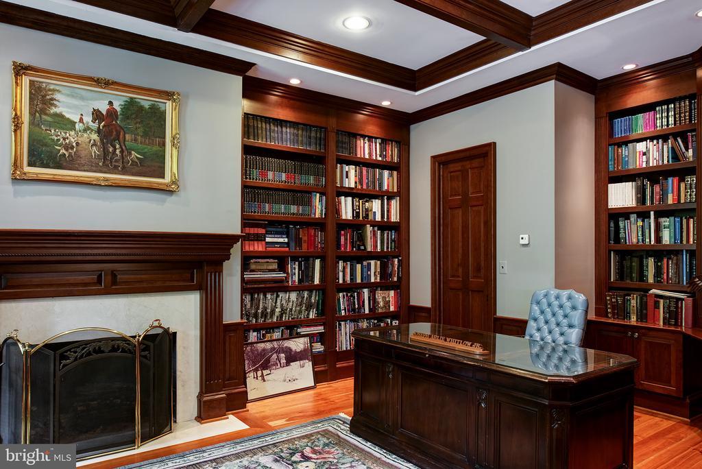 Mahogany wood in the library - 41430 FOX CREEK LN, LEESBURG