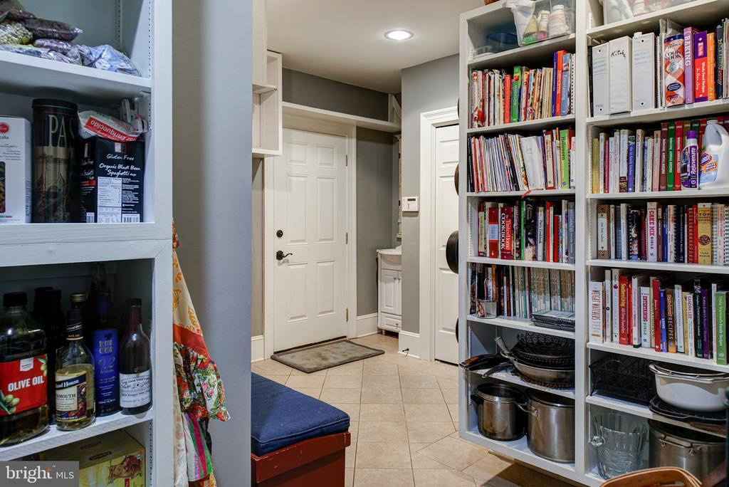 An oversized pantry/mud room with sink & closets - 41430 FOX CREEK LN, LEESBURG