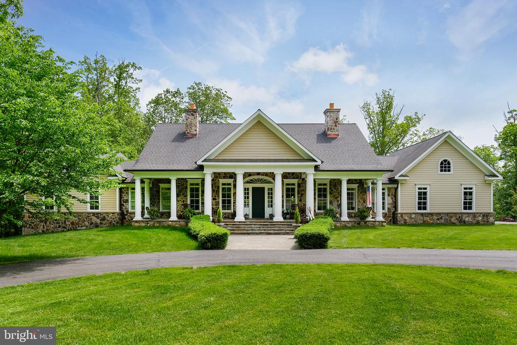 Welcome Home to a very special custom home. - 41430 FOX CREEK LN, LEESBURG