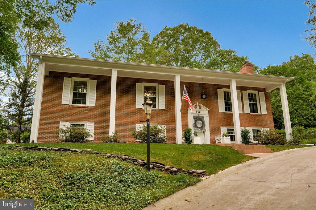Large fully brick home with 4 columns on porch. - 508 GLENEAGLE DR, FREDERICKSBURG